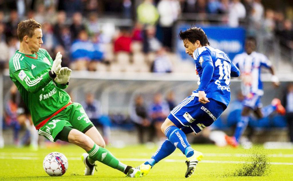 キーパーの動きを見てゴールを決める田中亜土夢選手