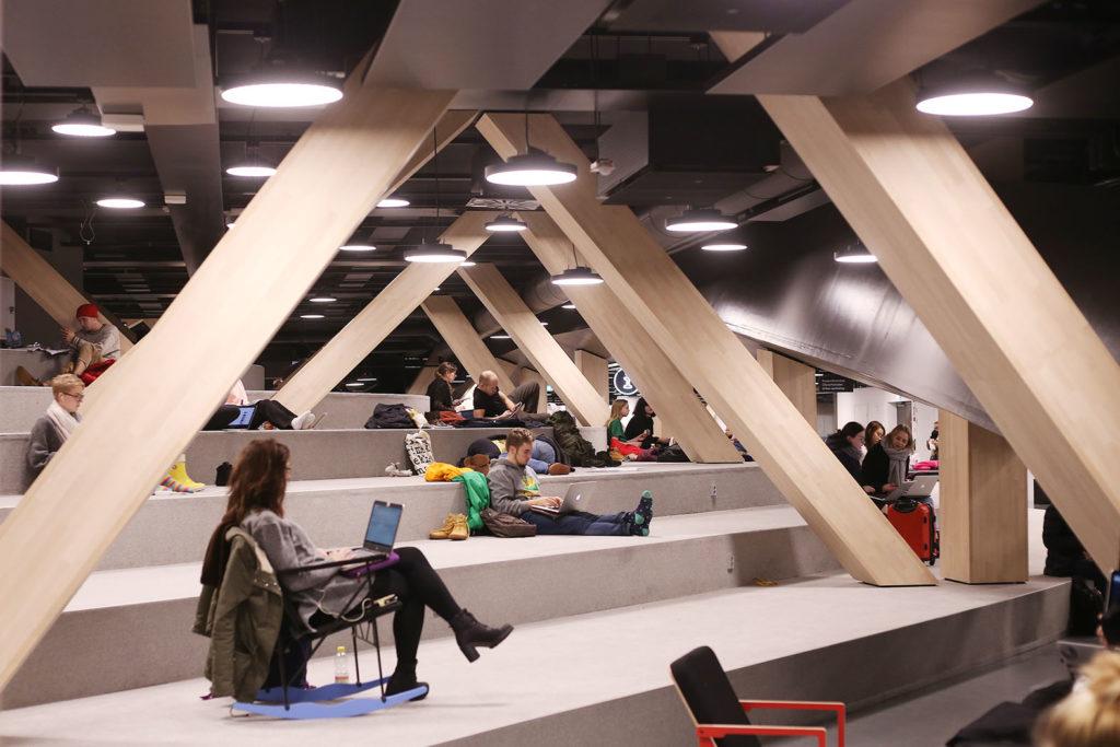 LifTe 北欧の暮らし ヘルシンキ フィンランド OODI 中央図書館 2F 寛ぎスペース