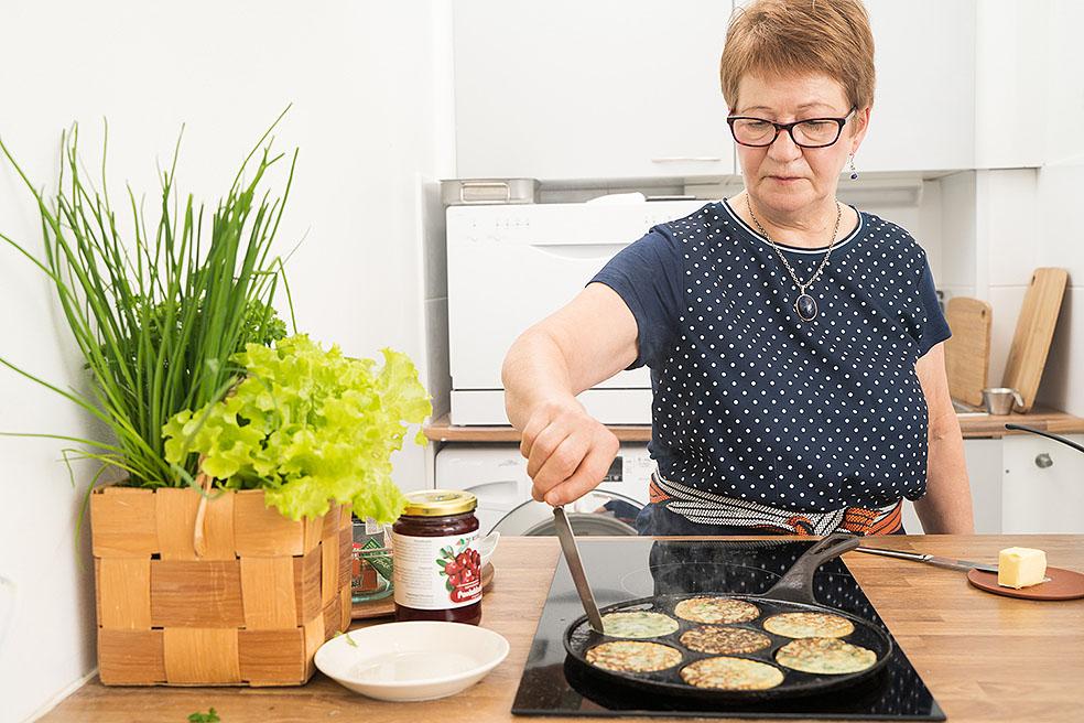LifTe 北欧の暮らし 料理教室 フィンランド ほうれん草のパンケーキ ニンジンサラダ サワークリーム かもめ食堂 アルヤ・ユルクネン カフェ・スオミ Kahvila Suomi